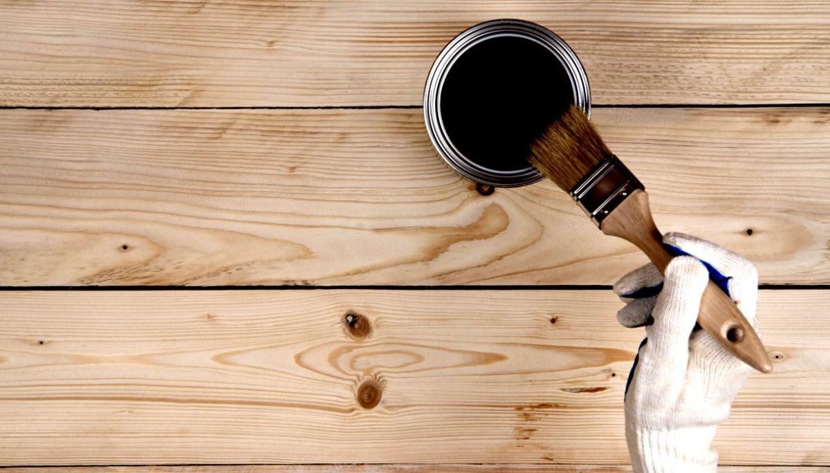 Scopri come pitturare i tuoi vecchi infissi di legno per dargli di nuovo vita come fossero nuovi for Verniciare mobili in legno
