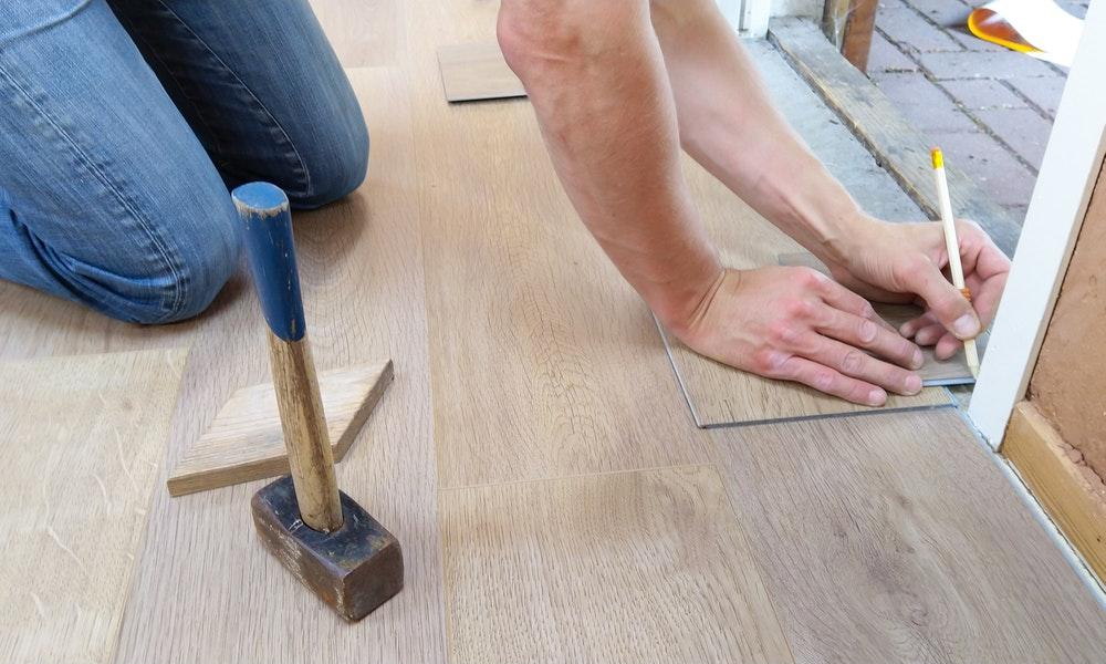 Specialista di ristrutturazioni che sistema il pavimento