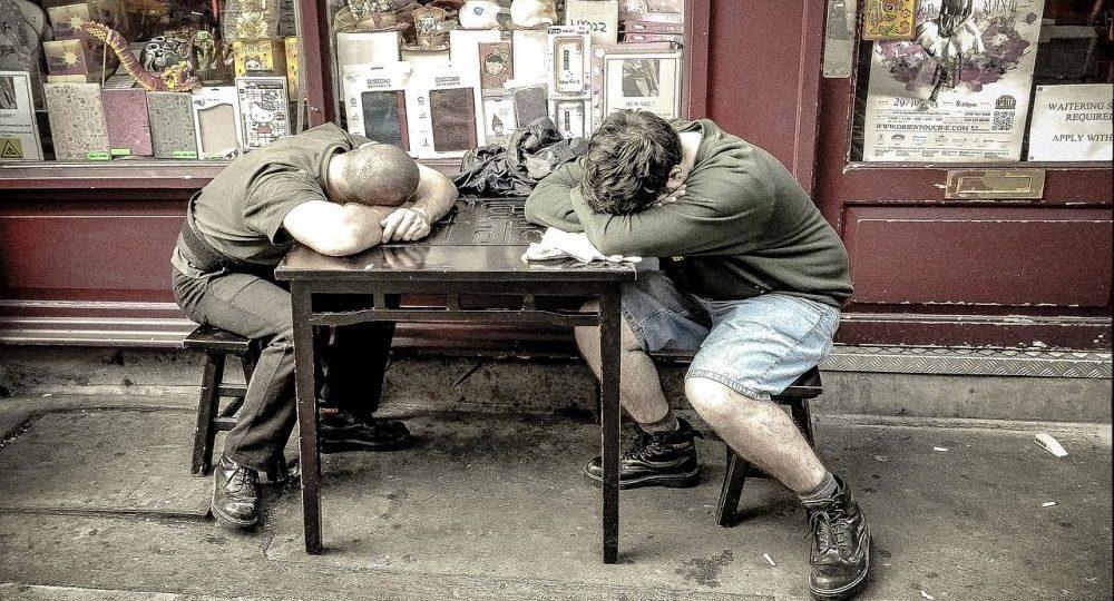 dormire di giorno su tavolo
