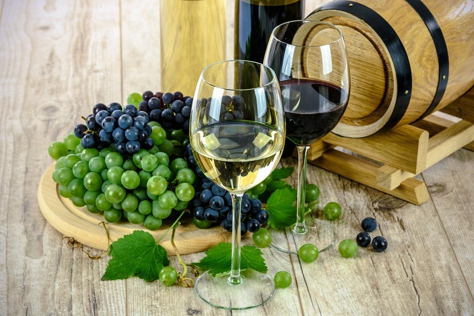 Degustare un bel bicchiere di vino bianco o rosso.