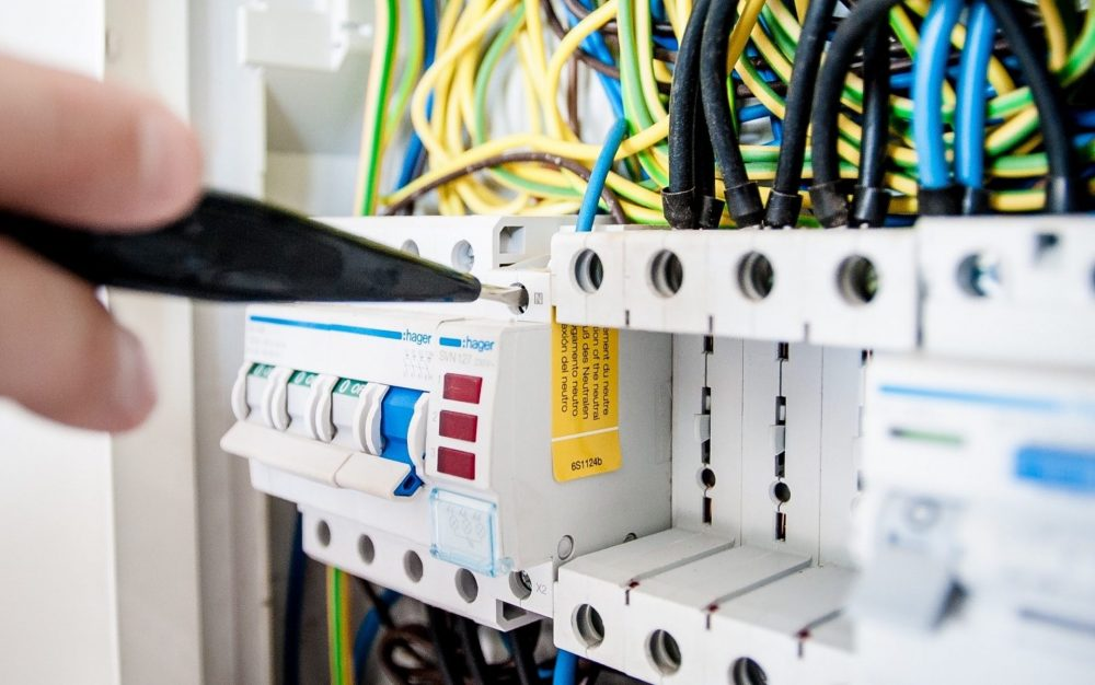 come rimuovere un interruttore elettrico dal pannello